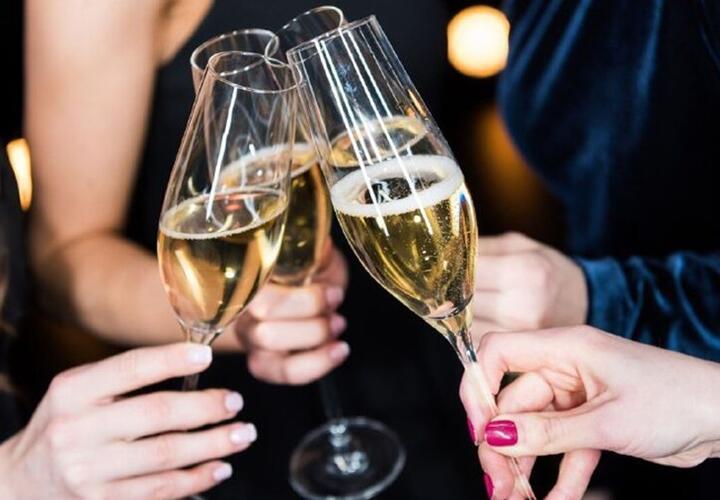 Диетолог назвал продукты, не сочетающиеся с шампанским