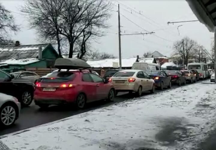 На выезде и въезде в Краснодар правоохранители досматривают машины