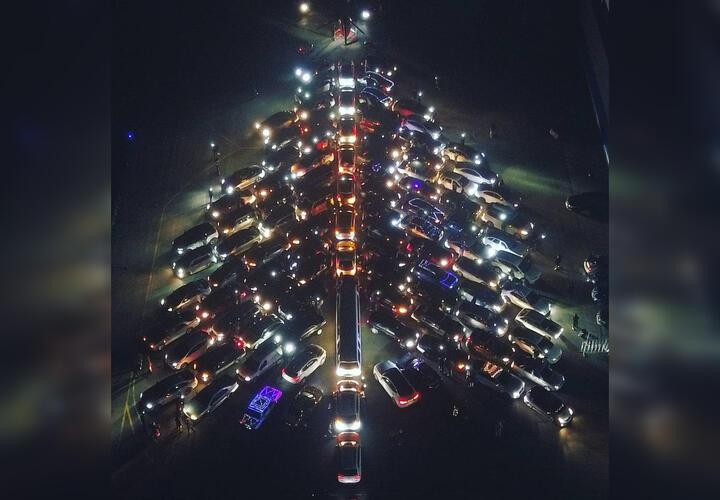 Под Краснодаром зажгли огромную «автомобильную» елку