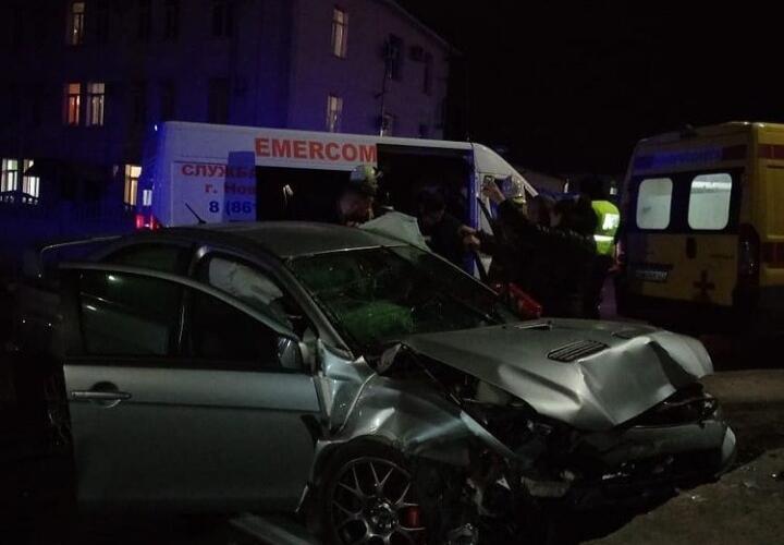 В Новороссийске автомобиль врезался в отбойник