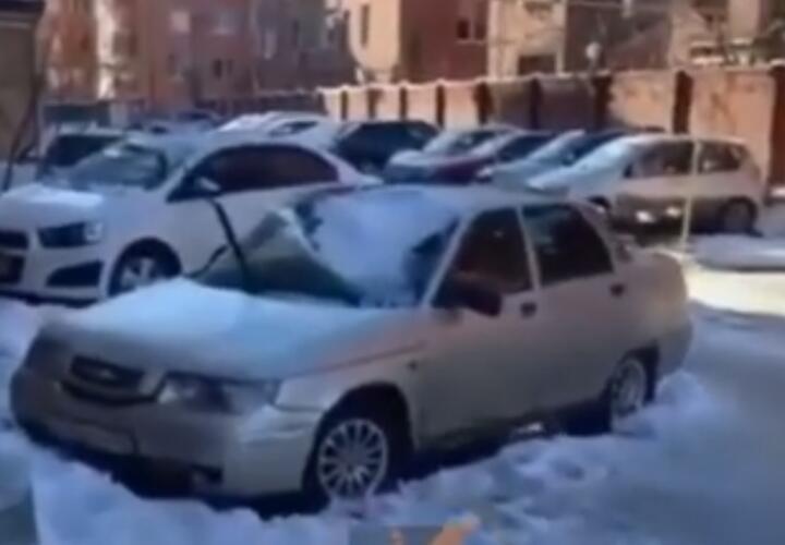 В Краснодаре из-за упавших сосулек пострадали автомобили (ВИДЕО)