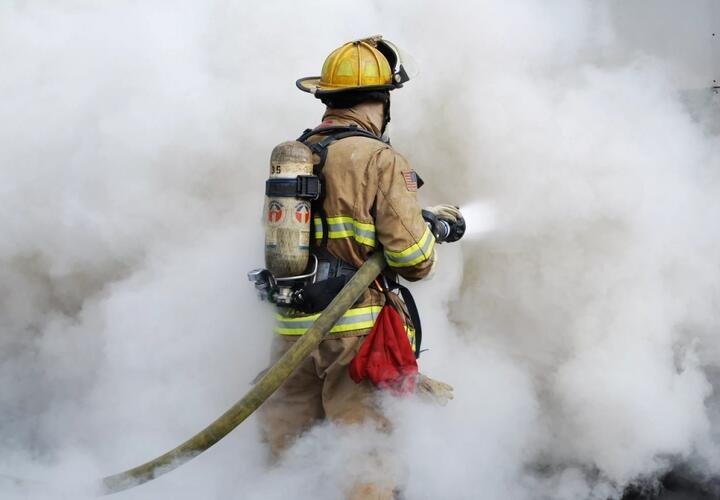 В Краснодаре в многоэтажном доме сгорела квартира (ВИДЕО)