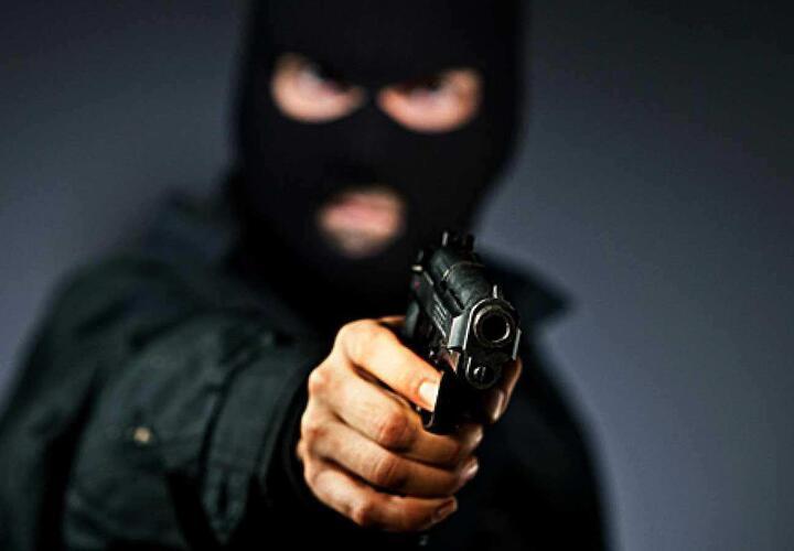 В Краснодаре вооруженный грабитель напал на продавца кофейного киоска