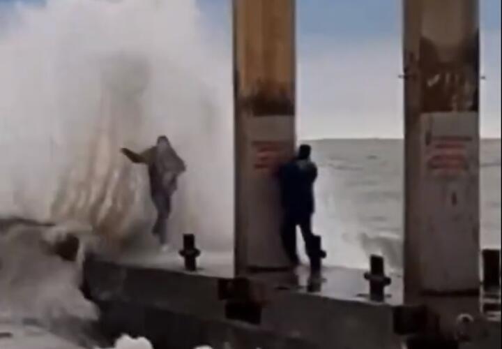 В Сочи высокая волна едва не смыла в море горе-блогеров (ВИДЕО)