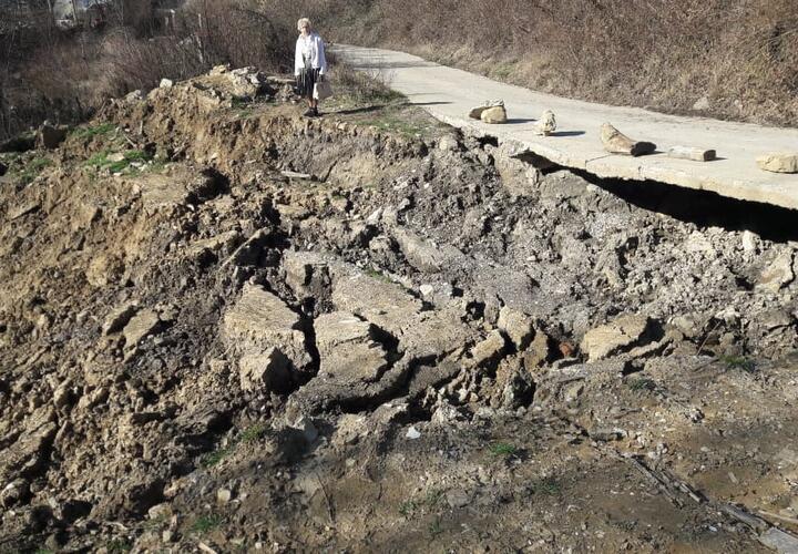 Ни проехать, ни пройти: у жителей села под Туапсе земля уходит из-под ног