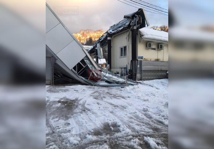 В автобусном парке Сочи обрушилась крыша (ВИДЕО)