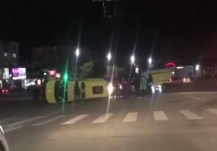 В Новороссийске столкнулись реанимобиль и такси (ВИДЕО)