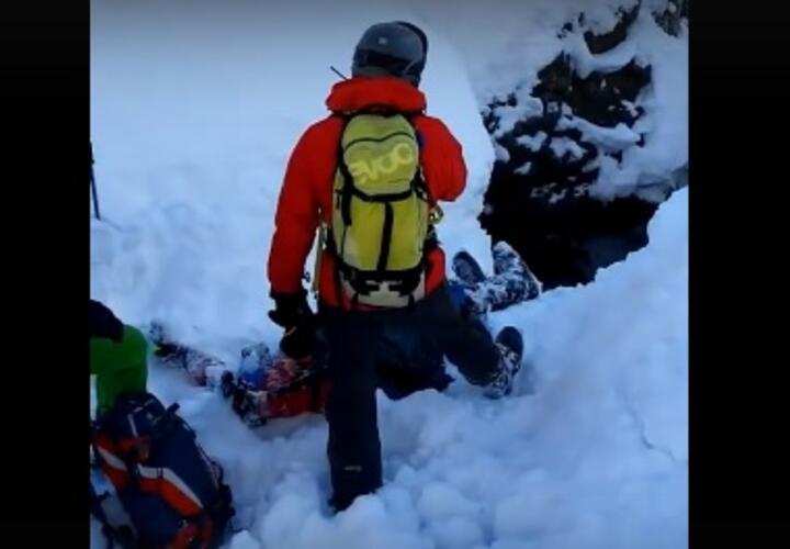 В Сочи сноубордист едва не погиб, упав в ущелье (ВИДЕО)