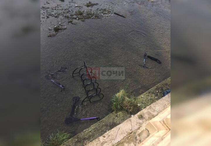 В Сочи элетросамокаты выкинули в реку