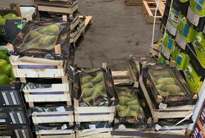 В Краснодаре на рынке продавали грибы и фрукты без документов