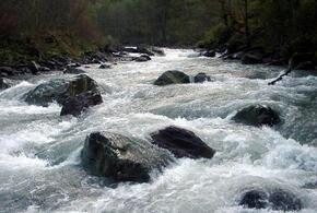 В Сочи местный житель не смог выбраться из русла реки