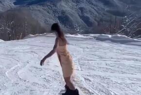 Девушка в полотенце и на сноуборде очаровала пользователей соцсетей