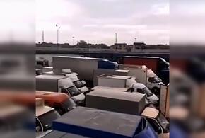 На границе Абхазии и России образовалась огромная пробка из грузовиков