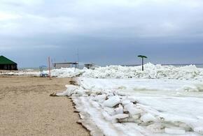 В Ейске глыбы льда снесли спасательную вышку