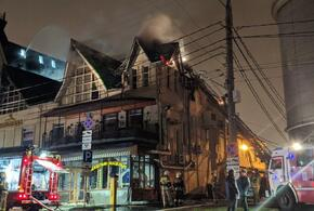 В Краснодаре пламя охватило крышу трехэтажного здания
