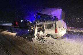 В Краснодарском крае произошло жесткое ДТП с грузовиком и легковушкой