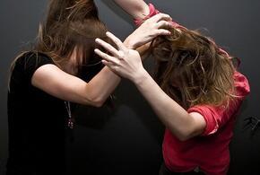 В Сочи девушки устроили драку у популярного бара (ВИДЕО)