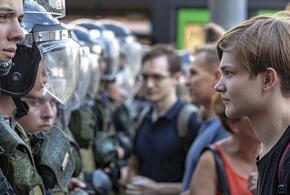 Роскомнадзор запретил соцсетям привлекать подростков к несанкционированным акциям