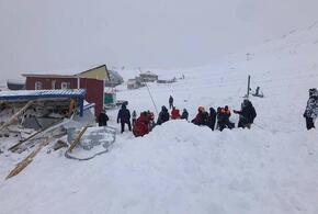 Три человека находятся под снежными завалами на Домбае (ВИДЕО)