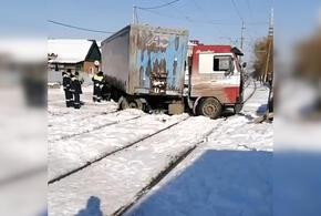 В Краснодаре фура застряла на трамвайных путях