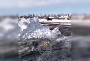 В Краснодаре снег вываливают не за городом, а возле жилых домов (ВИДЕО)