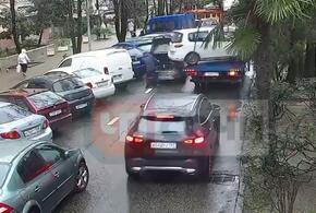 В Сочи эвакуатор повредил два автомобиля