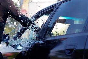 В Сочи охранник магазина разбил машину таксиста без маски