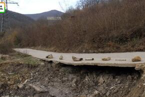 Дорога в садовом товариществе под Туапсе продолжает разрушаться после оползня