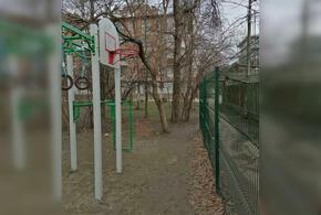Нарочно не придумаешь: в Краснодаре баскетбольное кольцо установили впритык к забору