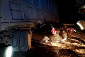 Под Кропоткиным легковой автомобиль залетел под КамАЗ (ВИДЕО)