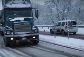 Под Новороссийском из-за непогоды застряли фуры (ВИДЕО)