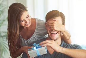 Стало известно, какие женщины больше всех тратятся на подарки для мужчин