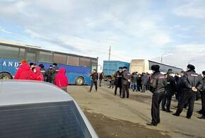 Уже двое суток на кубанской границе стоят автобусы с товарами