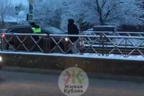 В Краснодаре автомобиль застрял на трамвайных путях (ВИДЕО)