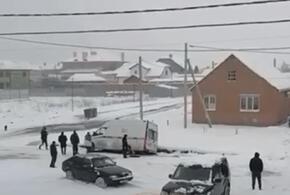 В Краснодаре машина скорой помощи застряла на нечищеной дороге (ВИДЕО)