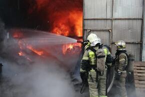В Краснодаре потушили крупный пожар в трех ангарах