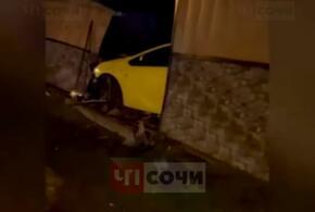 В Сочи иномарка на скорости протаранила забор и угодила в огород (ВИДЕО)
