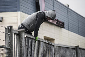В Краснодаре пьяный рецидивист пытался перелезть через забор больницы