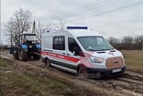 В кубанском хуторе Тимашевка автомобиль скорой помощи застрял в грязи (ВИДЕО)