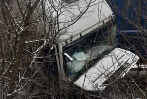 В районе Новороссийска фура протаранила легковой автомобиль