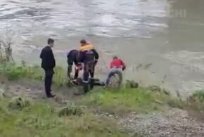 В Сочи неадекват сиганул в холодную реку (ВИДЕО)