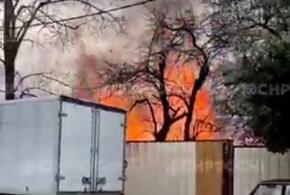В Сочи пожар уничтожил бесхозное здание ВИДЕО